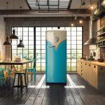 большой голубой холодильник на индустриальной кухне ретро