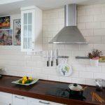 ретро аксессуары для кухни с белым фартуком