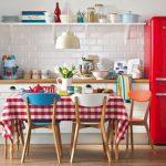 столовая группа в ретро стиле на кухне с красным холодильником