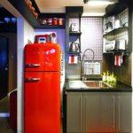 яркий красный холодильник на ретро кухне