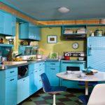 голубая деревянная мебель для ретро кухни