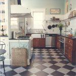 шахматный керамический пол для кухни