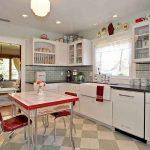 белая кухня в ретро стиле с красными аксессуарами