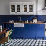 синяя кухня в ретро стиле
