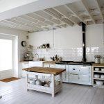 светлая индустриальная кухня в ретро стиле