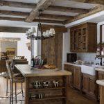 мебель из натурального дерева и светильник для ретро кухни
