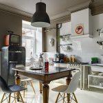 черный холодильник на ретро кухне