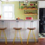 оригинальные табуреты на ретро кухне