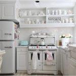 уютная белоснежная кухня в ретро стиле