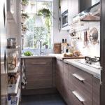 Интерьер дачной длинной кухни