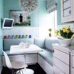 Интерьер маленькой кухни с диваном