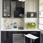 Интерьер малогабаритной кухни черная