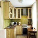 Интерьер малогабаритной кухни дерево