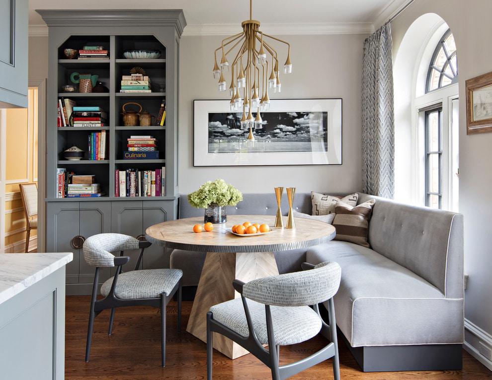 Интерьер обеденной зоны с диваном