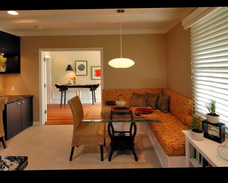Интерьер столовой с диваном