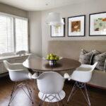 Круглый стол и диван на кухне