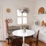 Круглый стол в скандинавском интерьере
