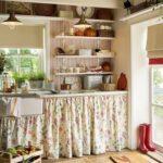 Кухня с занавесками вместо фасадов