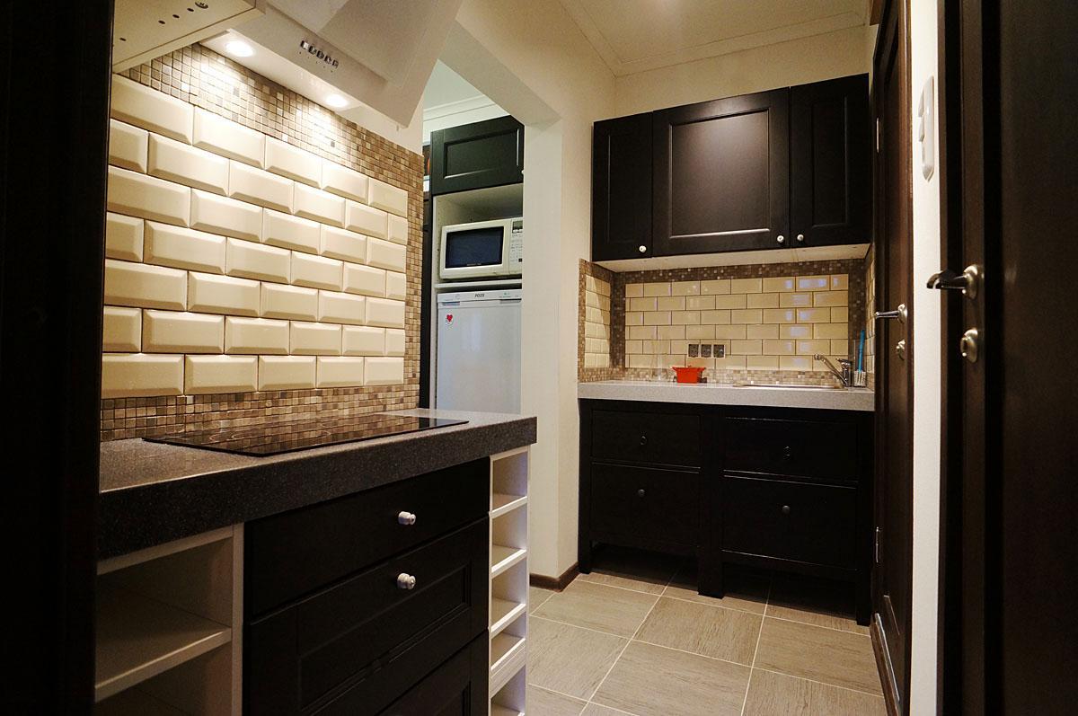 Кухня в коридоре в однокомнатной