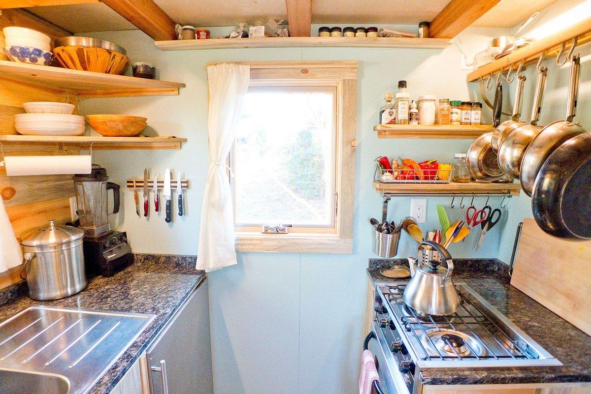 Кухня в маленьком дачном домике
