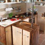 Кухонная мебель из дерева с мойкой