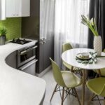 Маленькая кухня с круглым столом