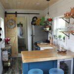 Маленький дачный домик внутри с кухней