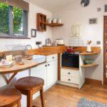 Мини-кухня светлая с деревом