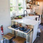 Небольшая кухня в дачном доме