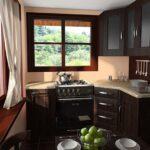 Небольшая угловая кухня с окном