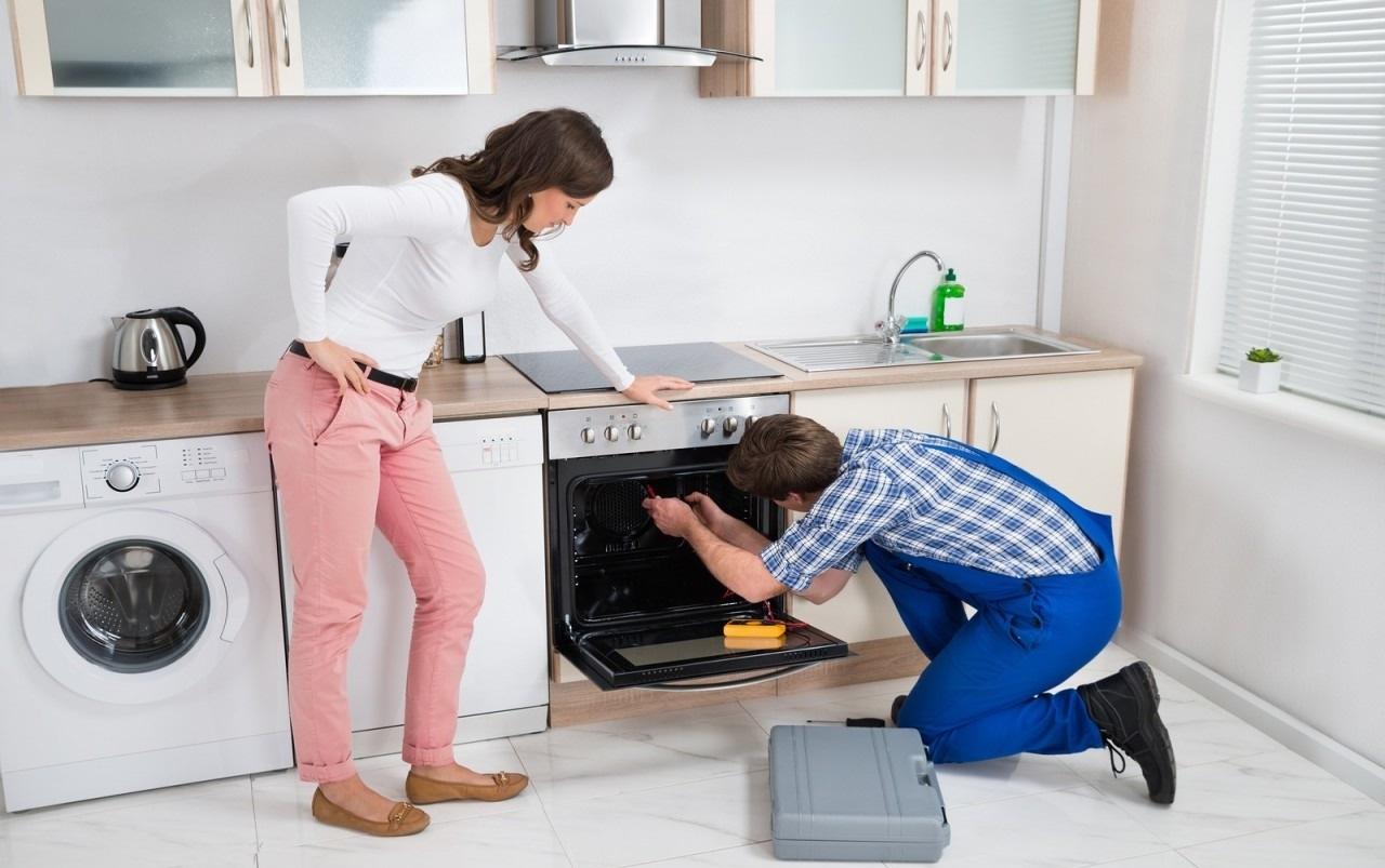 мастер осматривает духовку