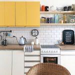 желтый навесной шкаф на ретро кухне