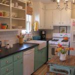 милый дизайн небольшой ретро кухни
