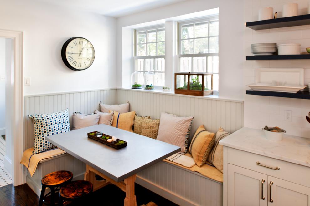 Обеденная зона на кухне с диваном