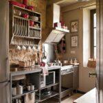 Открытые шкафы на дачной кухне