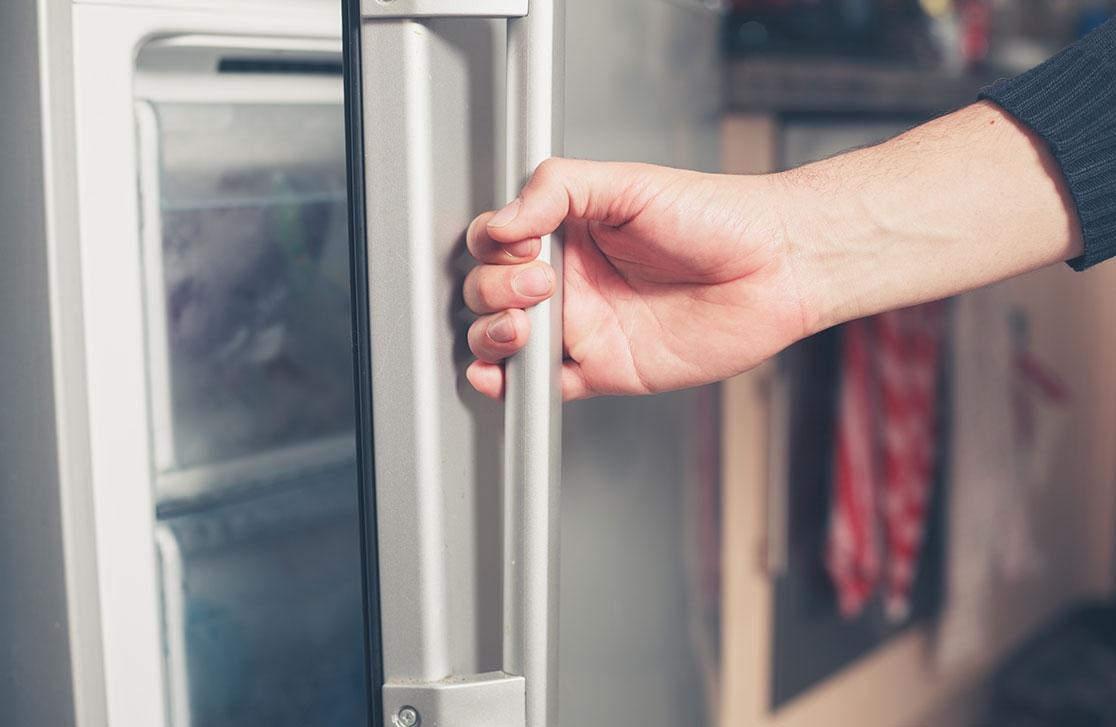 поломка двери холодильника