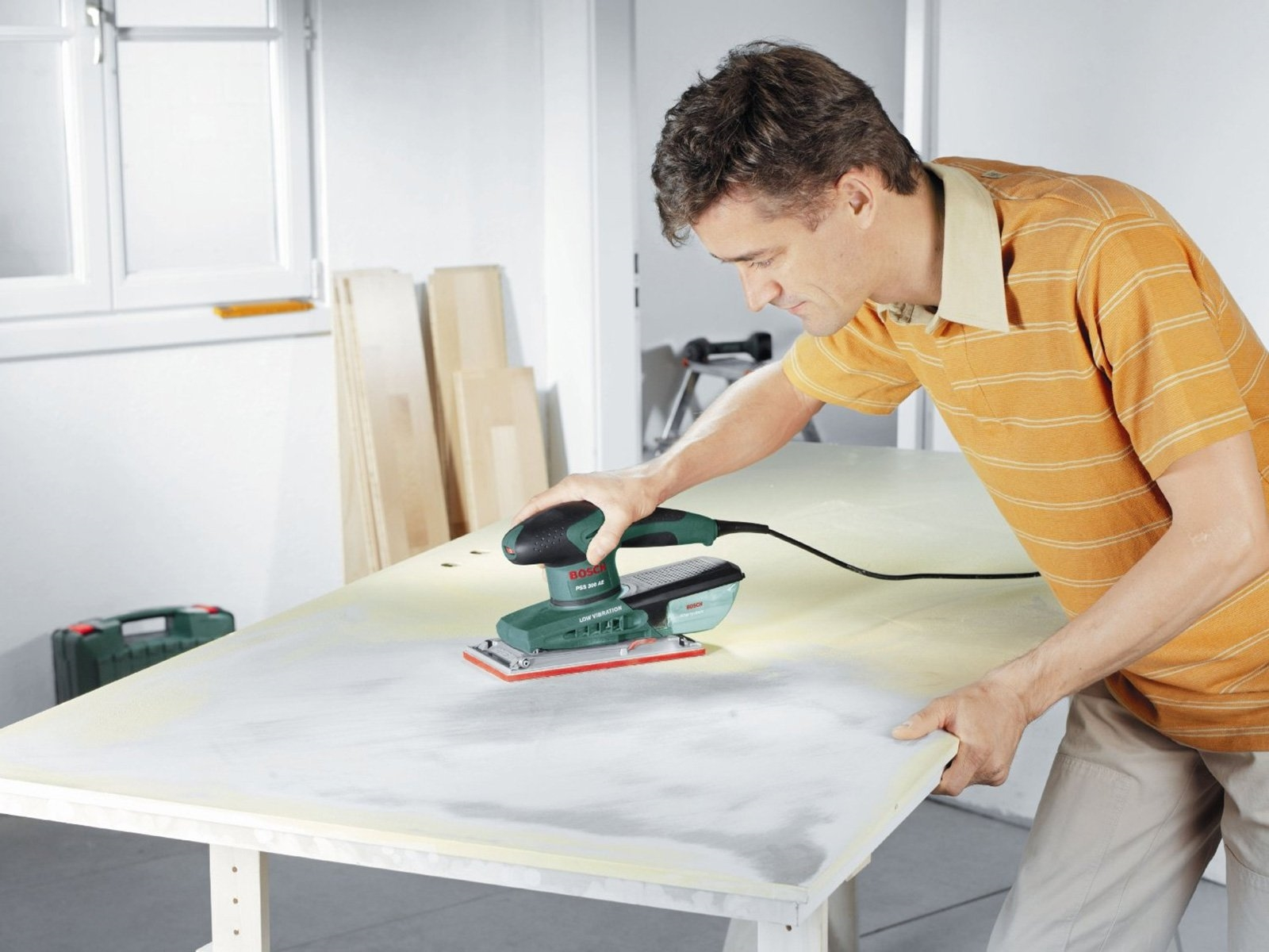 мужчина ремонтирует столешницу
