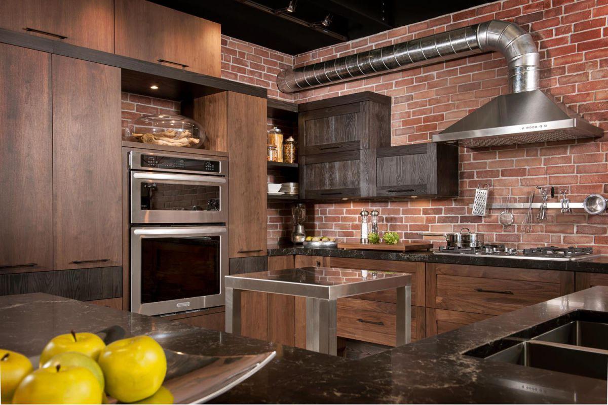 деревянная мебель на индустриальной кухне