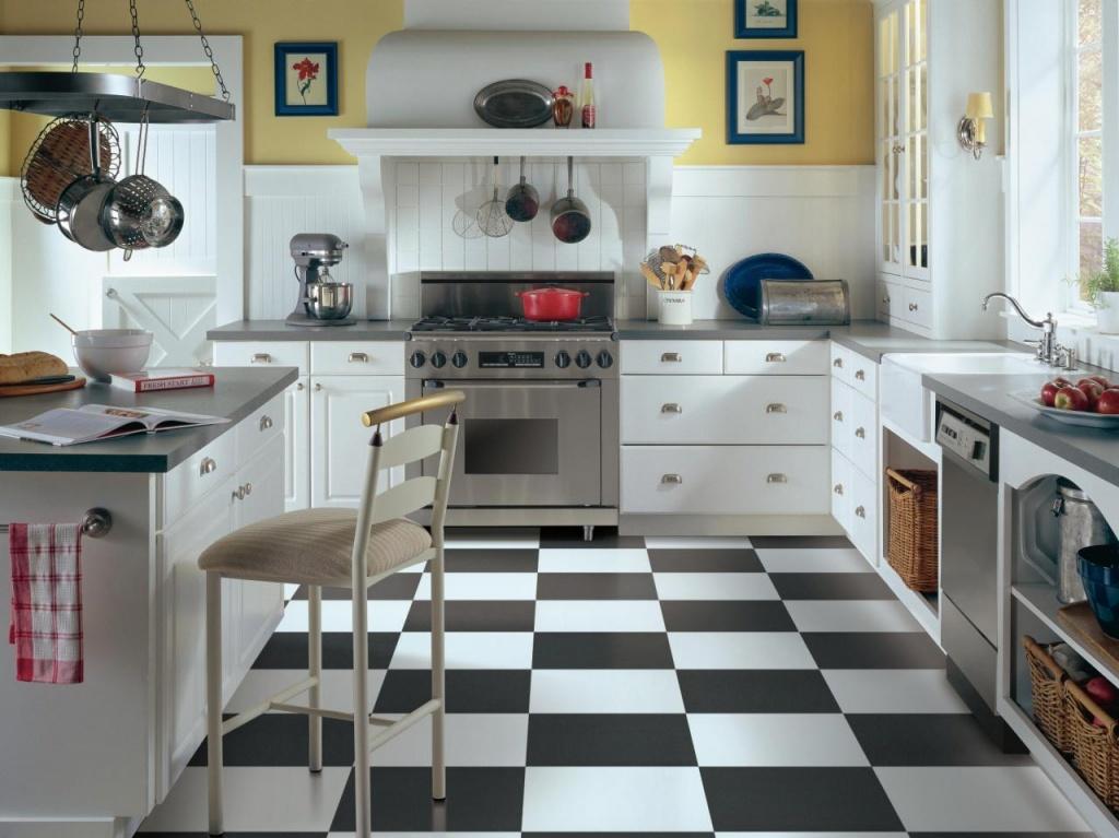 шахматный пол на послевоенной кухне