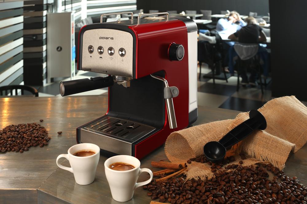 красного цвета кофеварка рожкового типа для дома