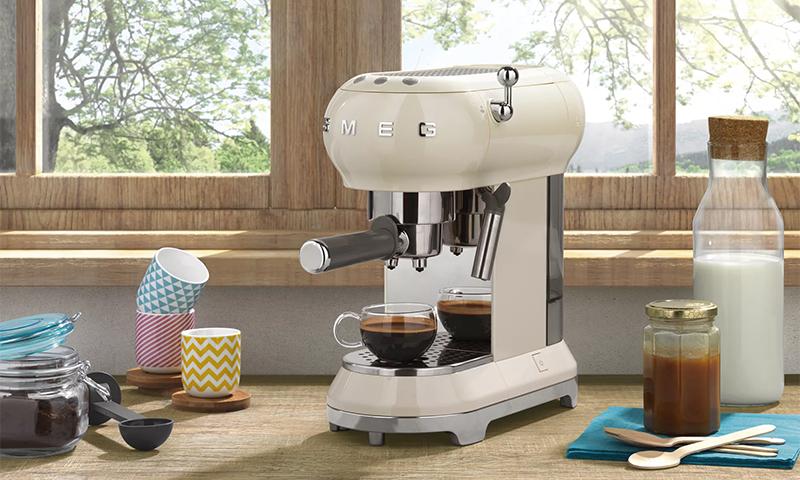 компактная белая рожковая кофеварка