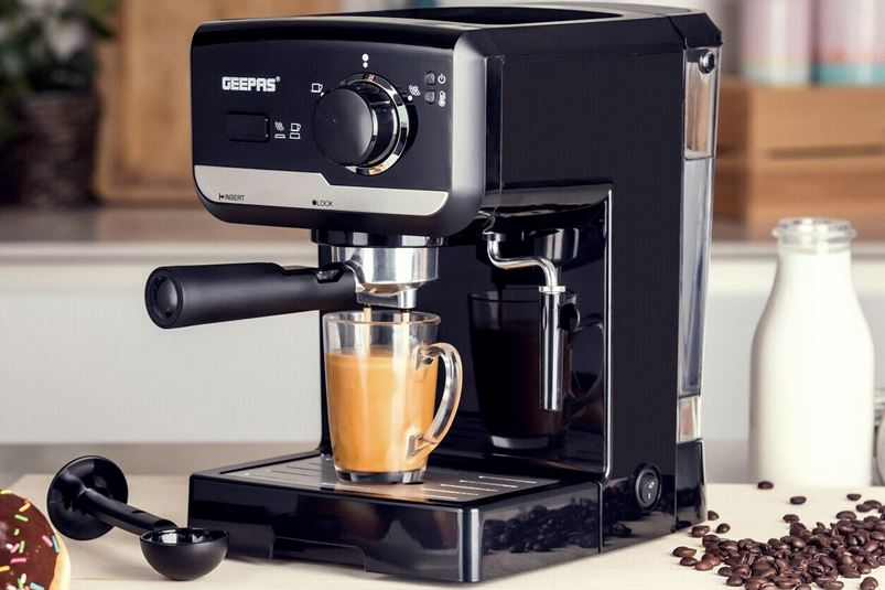 качественная кофеварка черного цвета для дома