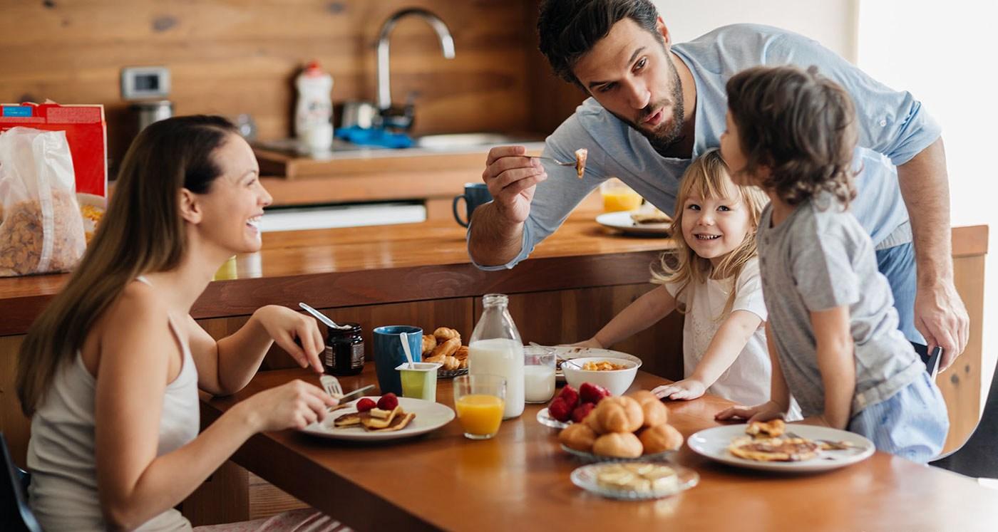 Семья на дачной кухне