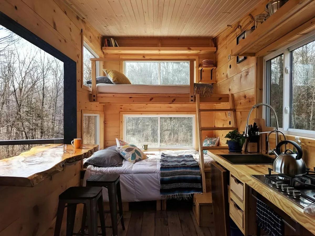 Столешница вдоль окна на дачной кухне