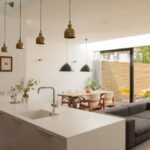 Светильники над диваном на кухне