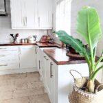 Светлая кухня с деревянной столешницей