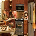 Уютная маленькая дачная кухня
