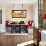 Узкая кухня с обеденной зоной и диваном