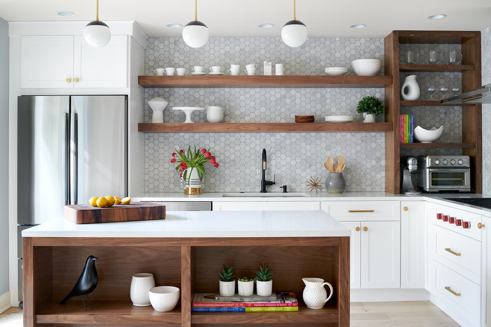 Дизайнерское решение полок на кухне