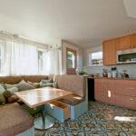 диван со спальным местом на кухне интерьер